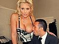 Secretaire blonde de 45 ans sexy en bustier baise au bureau