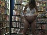 Jeune femme enceinte baise dans un sexshop
