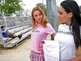 Deux jeunettes accostent un lascard