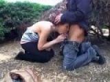 Couple amateur baise dans le jardin du voisin