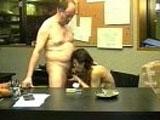 Secrétaire abusée par son patron pervers!