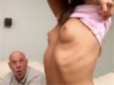 Docteur osculte une jeune patiente et la touche