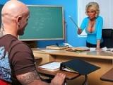 Prof sexy éduque sexuellement ses élèves de 18 ans