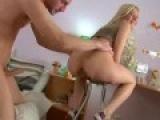 Julie ecarte les fesses pour tester la sodomie !!!