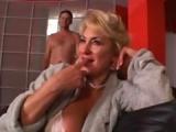 Tentatrice blonde mature pour anulingus
