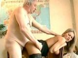 Jeune femme de chambre abus�e par un vieux pervers