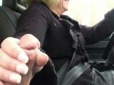 Elle branle un mec en conduisant !