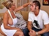 Infirmière à forte poitrine baise avec le fils de son associé