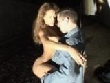 Porno star baise avec un fan dans une ruelle