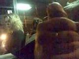 Un type se branle la bite dans un bus