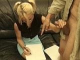 Petite blonde style intello couche avec son prof de dessin