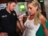 Belle fille abus�e par un policier