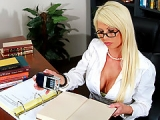 Secretaire blonde plus que docile