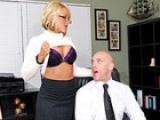 Il déglingue la chatte de sa jolie secrétaire au bureau