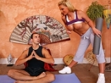 Belle maman couche avec le prof de yoga