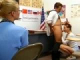 Jeune fille suce un pote en salle de math devant des copines