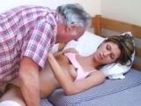 Vieux pervers baise avec sa belle fille