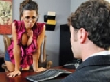 La secrétaire collabore avec son patron et le soulage