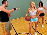 Teen sexy baise sur le terrain de basket