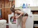 Ma belle soeur me chauffe sur la machine a lavé