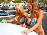 Jolies filles baisent au centre de lavage automobile