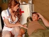 Infirmière chaude vide les couilles d'un soldat