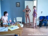 Deux jeunettes invitent deux mectons dans leur appartement