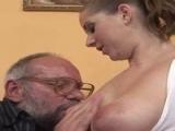 Jeune fille couche avec un vieux monsieur