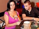 Joueuse de poker brune avec des miches  énormes