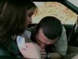 Plan cul dans une voiture avec une jeune fille