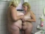 Gode dans la chatte pour deux grosses femmes