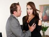 L'employeur veut du cul et baise sa secrétaire sexy