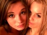 Deux jeunes filles d�couvrent le plaisir lesbiens