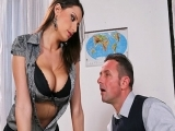Prof sexy en lingerie offre ses gros seins à son élève