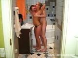Minette de 19 ans baise avec son copain dans la salle de bain