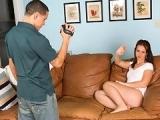 Minette bais�e dans le salon par son petit copain