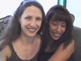 Deux filles sucent et bouffent le cul d'un mec