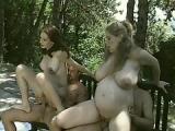Salope enceinte partouze avec une copine et des voisins