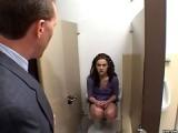 Petite salope baisee dans les toilettes
