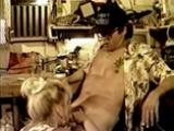 Cougar blonde bais�e par un m�canicien