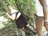 Elle joue la grosse pute au bois de boulogne