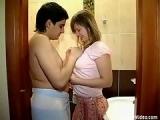 Couple rond 18 ans baise aux toilettes