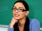 Danni Cole brune a lunette baise avec le prof