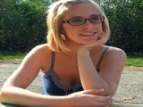 Jeune fille à lunette pour une grosse quéquette