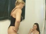 Femme mature initie sa ni�ce aux plaisirs lesbiens