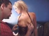 Jeune serveuse humiliée en force par son patron