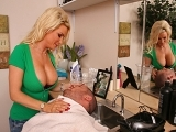 Coiffeuse aux gros seins bais�e par un client