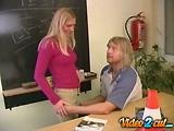 Jeune étudiante baise avec son moniteur d'auto école