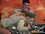 Femme militaire sexy abuse d�un otage