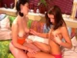 Pucelles lesbiennes se lèchent entre cousines